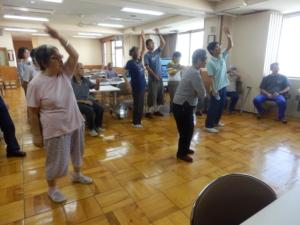 みんなで楽しくUFOを踊っている写真