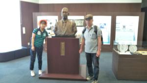 古橋廣之進さんの像の前で